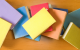 libri con copertine colorate sparsi su tavolo