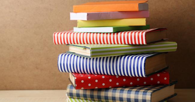 pila di libri con copertina colorate
